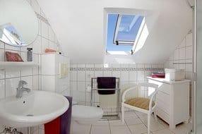 Ihr persönliches Badezimmer ist mit Dusche,WC und einem Haarfön ausgestattet u. befindet sich vom gemeinschaftlichen Flur abgehend;kann dennoch bequem mit Bademantel u. Badschlappen erreicht werden.