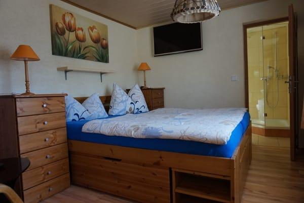 Hier ist der Wohn- und Schlafraum mit zusätzlichen Stauraum in den drei großen Schubkästen des Bettes.