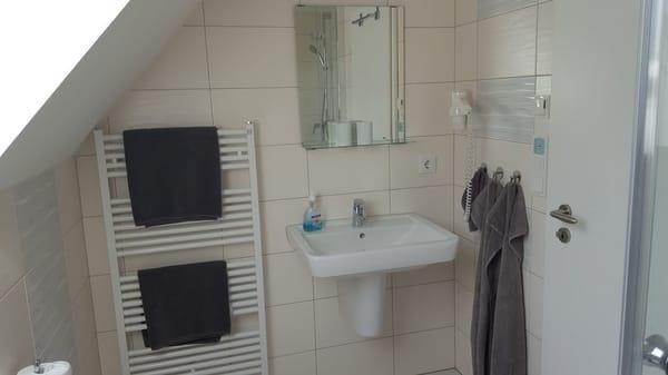 Das Bad mit Haartrockner, Radio und FBH