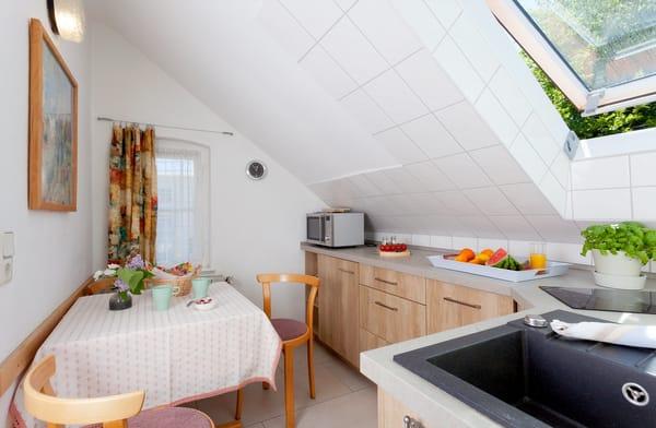... Toaster, Wasserkocher und Geschirrspüler sowie Essplatz für drei Personen unterstreicht die Annehmlichkeiten dieses Appartements.