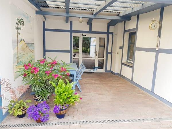 Eingang mit überdachter Terrasse