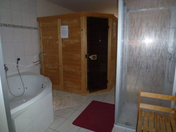 Sauna, Whirlpool, Dusche im Wellnessbereich