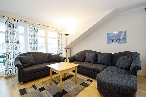 Wohnzimmer mit Sitz- und Schlafcouch