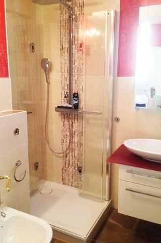 Dusche, Waschbecken, WC und Bidet