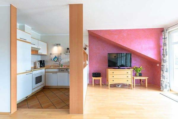 Küche und großer Flachbildschirm