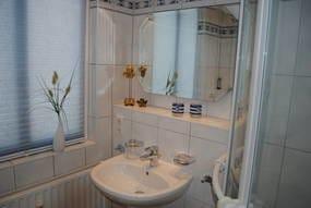Dusche, WC und Waschtisch