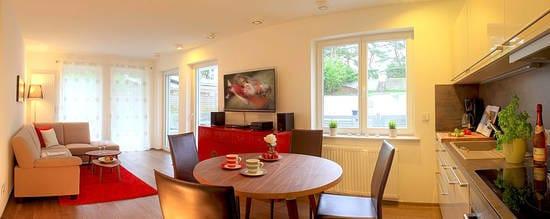 Inspiriert von einer langen Fernostreise vereint das Appartement B 0.2 modernste Einrichtungselemente mit asiatischen Accessoires in zarten Pastell- Rot- und Schwarztönen.