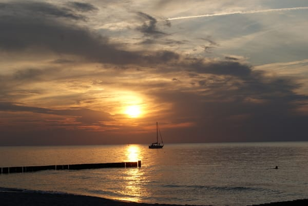 Bei einem Picknick am Strand kann man den Sonnenuntergang genießen