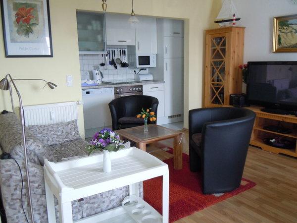Wohnbereich mit Blick auf die offene Küche