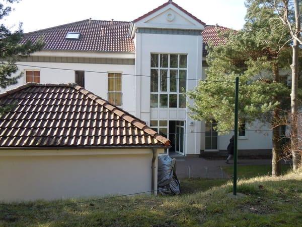 Hintere Ansicht des Appartementhauses mit Eingang