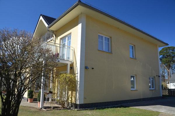 Balkon und Seitenansicht Wohnung Nr 4 / WZ und Bad/ Grillen auf dem Grundstück nach Absprache/ Grill vorhanden