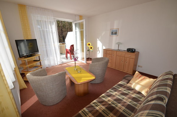 Wohnzimmer Sicht auf den Balkon mit Tisch und Stühlen