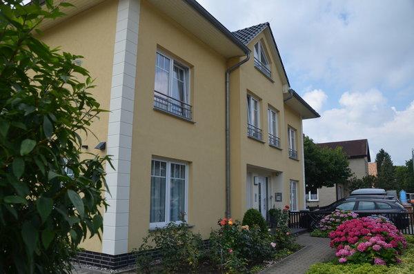 Vordere Ansicht der Wohnung Nr 4 / PKW - Stellplatz / Fahrräder können auf dem Grundstück abgestellt werden/ Farradtständer vorhanden
