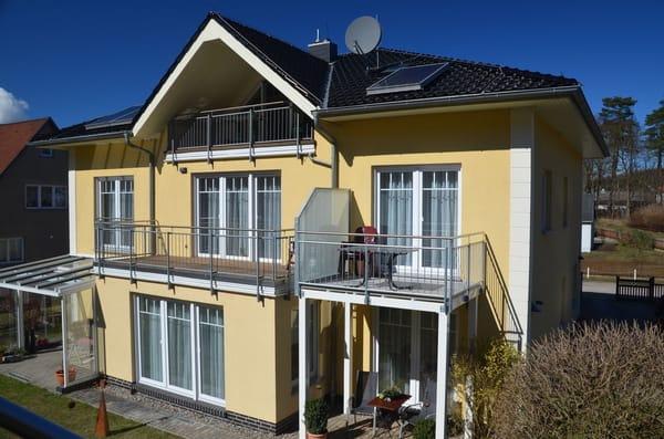 Seitenansicht Wohnung Nr 4 mit Balkon 1 Etage/ Wäschespindel zum trocknen der Badetücher auf dem Grundstück
