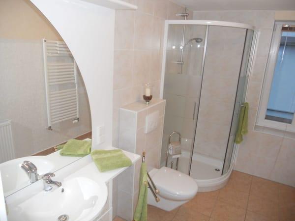 komfortables Bad mit Dusche