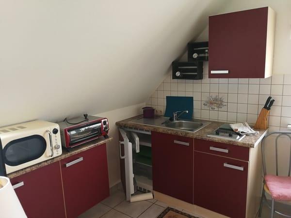Die Küche mit Sitzbereich ,besitzt einen  Herd,einen Minnibackofen ,eine Kaffemaschiene sowie eine Mikrowelle.
