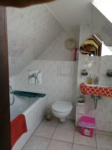 Das Badezimmer ist über die Treppe zu erreichen.