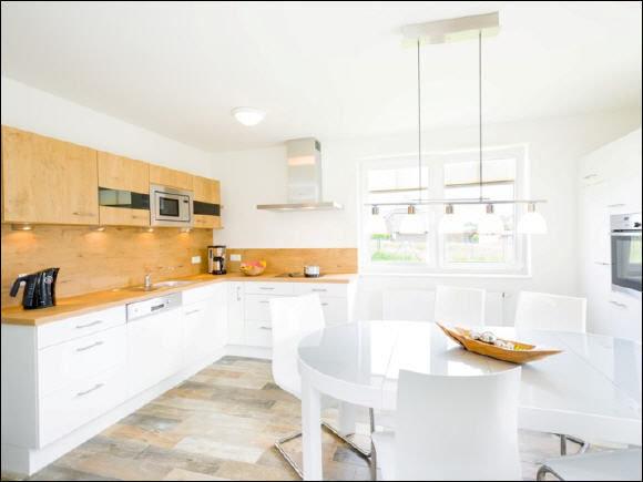 große moderne Küche mit Essbereich