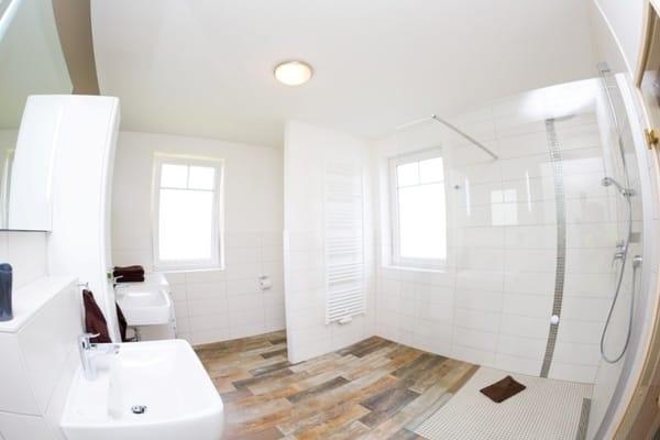großes Badezimmer mit ebenerdiger Dusche, Sauna, Waschmaschine, Doppelwaschtisch