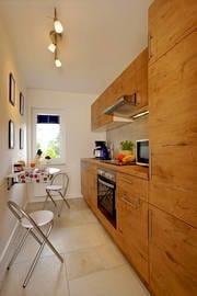 Die separate vom Wohnzimmer abgehende Küche lässt keine Koch-Wünsche offen.