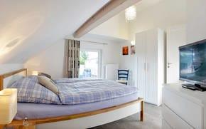 Im oberen Stockwerk befinden zwei weitere Schlafzimmer. Während das eine Schlafzimmer mit Doppelbett überzeugt,