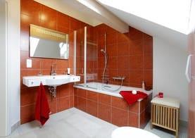 Das Badezimmer im oberen Stockwerk lädt zu einem Entspannungsbad in der Badewanne ein. Für warme Füße sorgt die Fußbodenheizung in den Badezimmern.