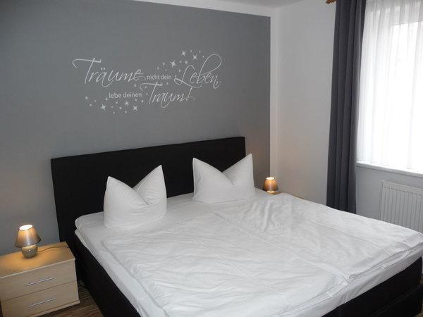 1. Schlafzimmer mit Boxspringbett 1,80 x 2,00 (Neu 2015) und Verdunklungsgardine