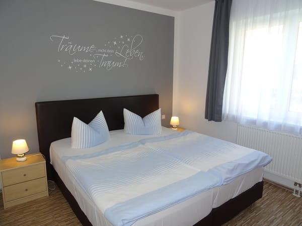 1. Schlafzimmer mit Boxspringbett 1,80 x 2,00 (Neu 2018) und Verdunklungsgardine