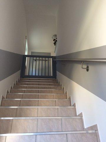 Treppe zur Fewo OG mit Schutzgitter