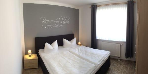 1. Schlafzimmer mit Boxspringbett 1,80 x 2,00 und Verdunklungsgardine