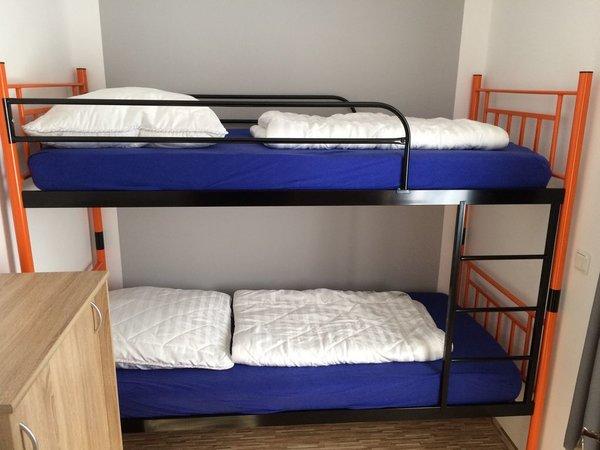 2. Schlafzimmer mit Etagenbett 90x19, Verdunklungsgardine
