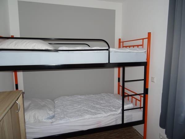 2. Schlafzimmer, Etagenbett 90 x 200, Verdunklungsgardine