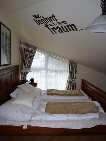 Das Doppelbett im Schlafzimmer