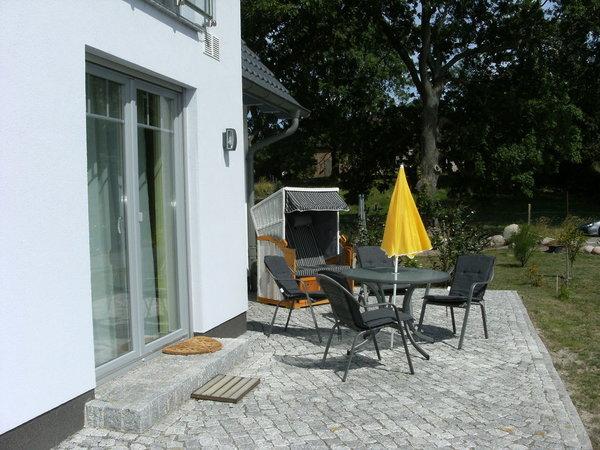 Terrasse Ihres Urlaubsdomizils mit Strandkorb und Gartenmöbel
