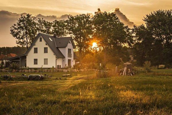 Bei Sonnenaufgang von den Wiesen aus der Ferne