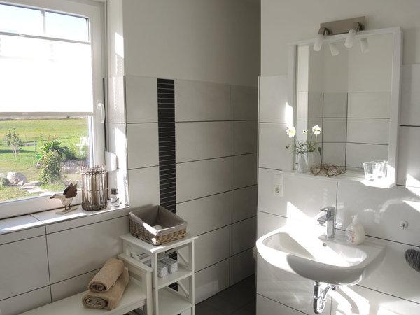 Badezimmer mit Dusche, WC und Waschmaschine und Blick in die freie Natur