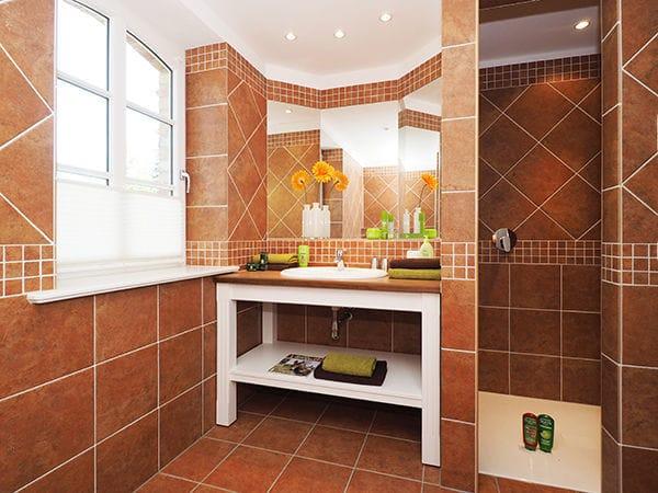 Bad mit Dusche & Badewanne im Erdgeschoß
