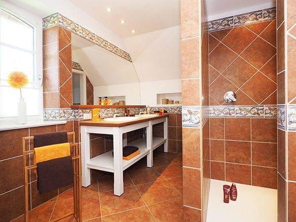 Bad im Obergeschoß mit Dusche und Sauna