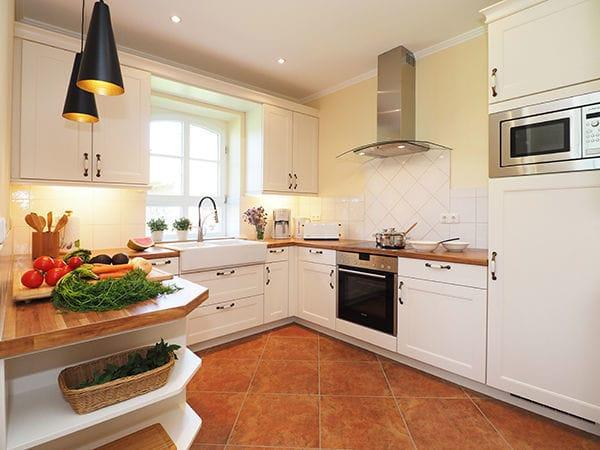 Küchenzeile mit voller Ausstattung