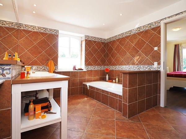 Bad im Erdgeschoß mit Badewanne & Dusche