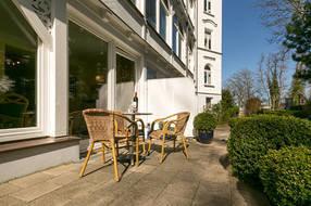 Ihre Terrasse: Hier können Sie mit Morgensonne frühstücken.
