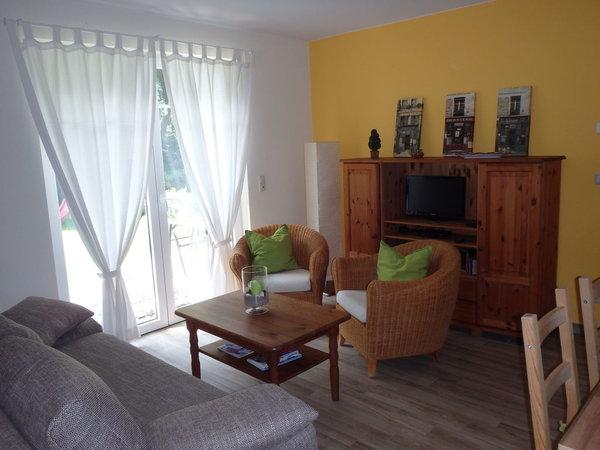 Wohnzimmer - Sitzecke mit SAT-TV, Blick und Zugang zum Garten