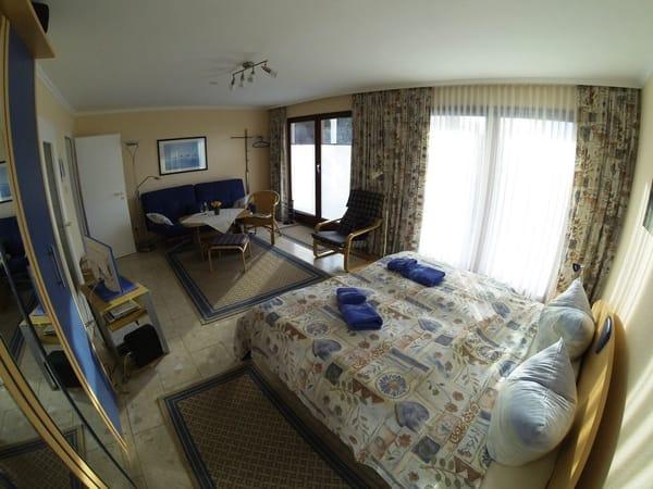 kombinierter Wohn- und Schlafbereich mit Sicht zum Eingang