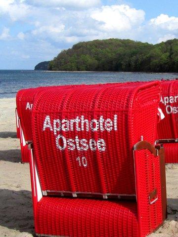 AHOI-Wohnung 402222-10 im Aparthotel Ostsee bietet von Mai bis September diesen STRANDKORB ohne Aufpreis