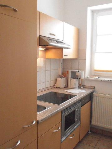 Einbauküche: Kühlschrank, Geschirrspüler, Kochfeld, Mikrowelle mit Grill