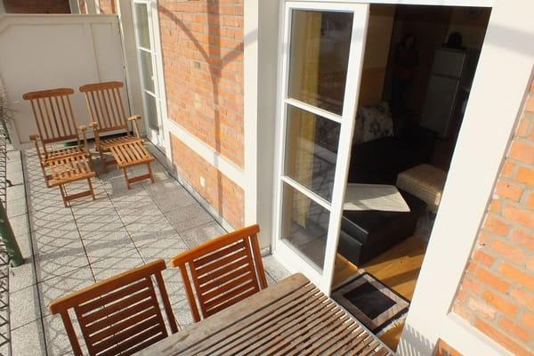 Großer Balkon zur Ostseite: Genießen Sie bei schönem Wetter hier ein sonniges Frühstück und Abends in geschützter Lage ein Glas Rotwein