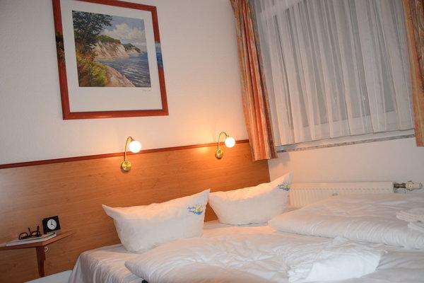 Schlazimmer mit Doppelbett und 3 Schränken