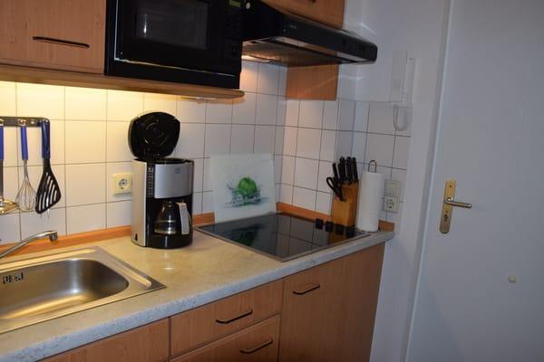 """Vollausgestattete """"Pantry""""-Küche mit Geschirr, Gläsern, Töpfen u. Pfannen, Besteck, elektr. Wasserkocher, Toaster, Kaffeemaschine,Teegeschirr, Spülmittel, Geschirrhandtücher, Haushaltsrolle inklusive"""