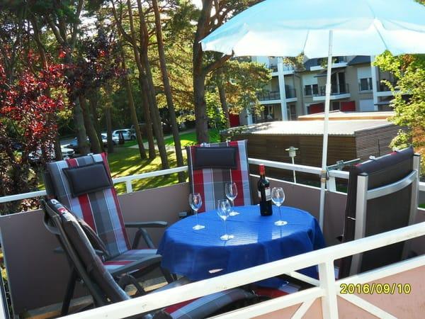 Balkon mit Balkonmöbel und genießen der Nachmittagssonne