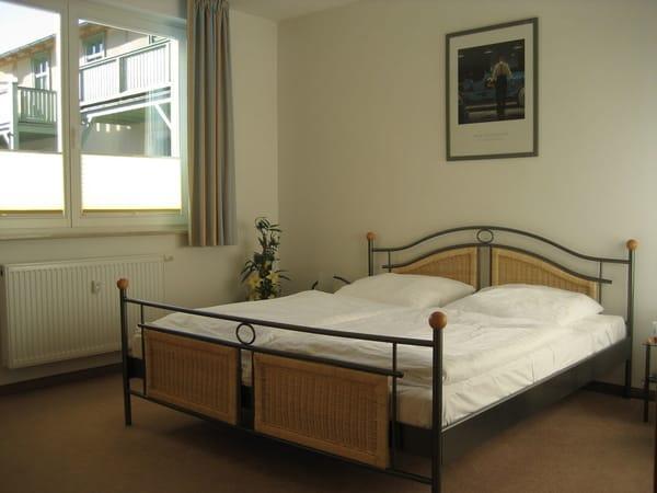 Im breiten Bett mit verstellbarem Lattenrost und Verdunklungsvorhängen kann die Sonne um 4.00 Uhr aufgehen - Sie liegen noch in süßen Träumen!